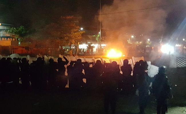Maestros se enfrentan a granaderos en Lázaro Cárdenas