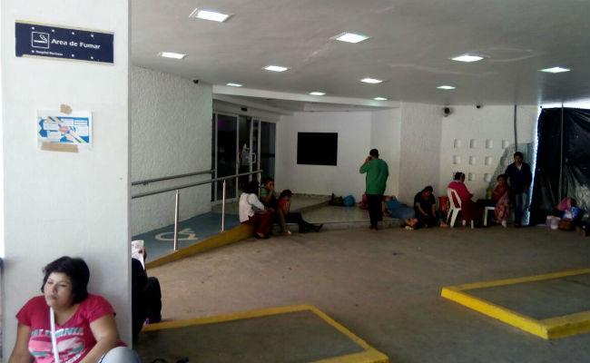 Empleados de hospital en Tabasco, a paro de brazos caídos