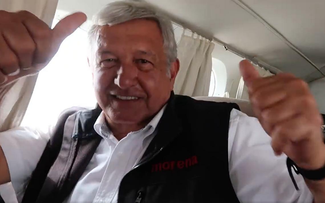 """""""Ahora todo es escándalo"""", AMLO defiende su viaje en un taxi aéreo"""