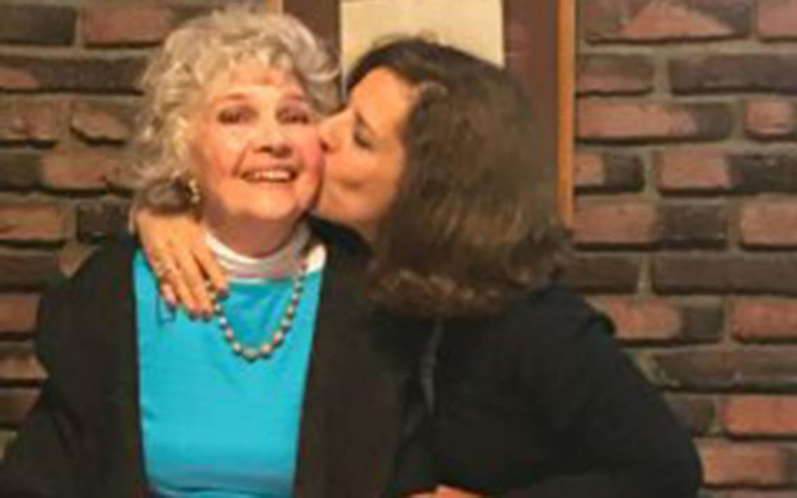 La reconocida periodista y escritora Ethel Carrillo celebró su cumpleaños onomástico donde el principal ingrediente fue recibir el cariño de sus amigos que no dudaron en acudir a la convocatoria de la anfitriona.