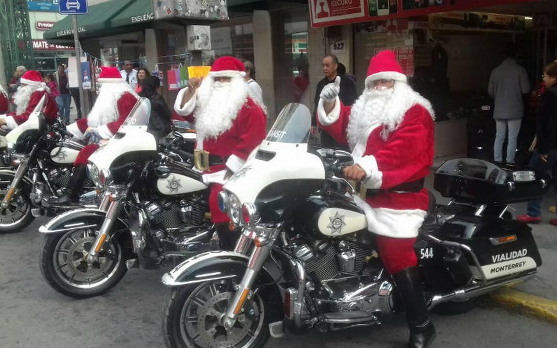 Cambian renos por motos, policías disfrazados de Santa recorren Monterrey y regalan dulces