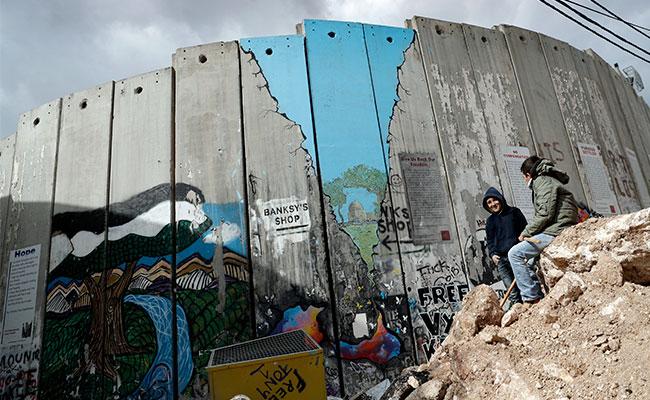 Banksy plasma su obra en hotel de Cisjordania frente al muro israelí
