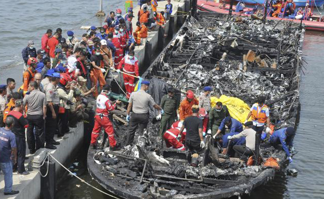 Incendio de barco en Indonesia deja al menos 23 muertos