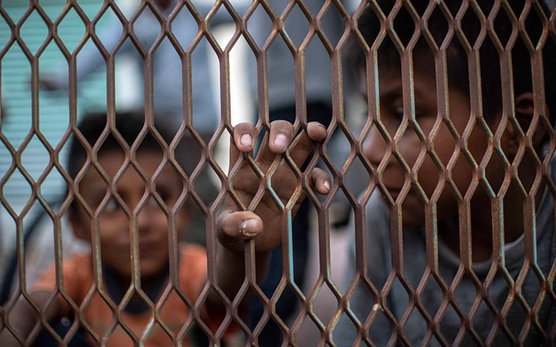 Envían a cientos de niños migrantes a carpas en Texas, revela NYT