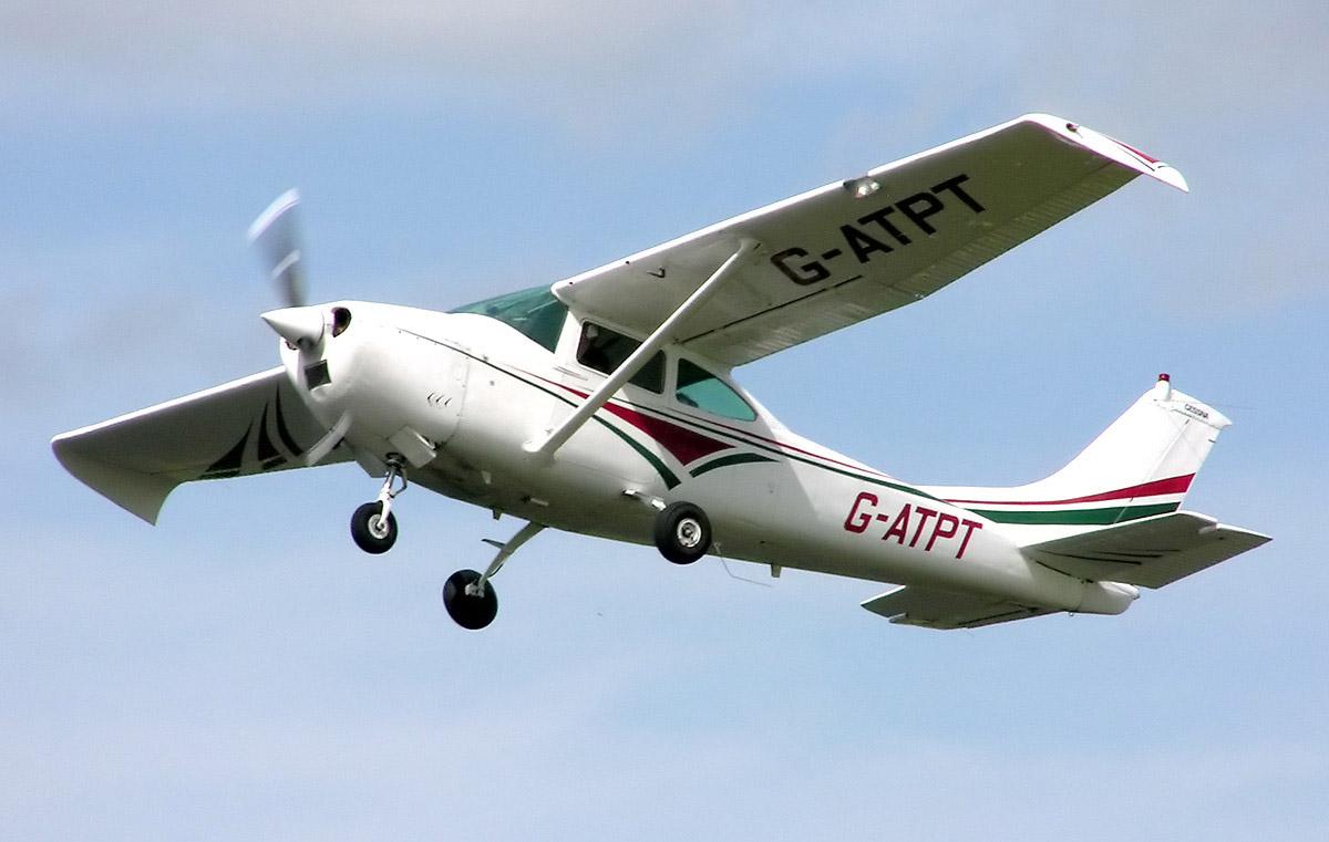 Contratan avión para despedida de solteros y lo roban a mano armada