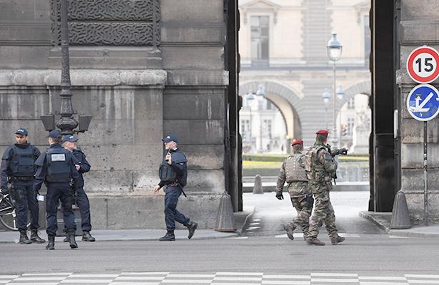 Policía sospecha que el atacante del Louvre es un egipcio