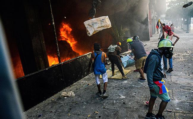 Encapuchados incendian edificio de Justicia en Venezuela