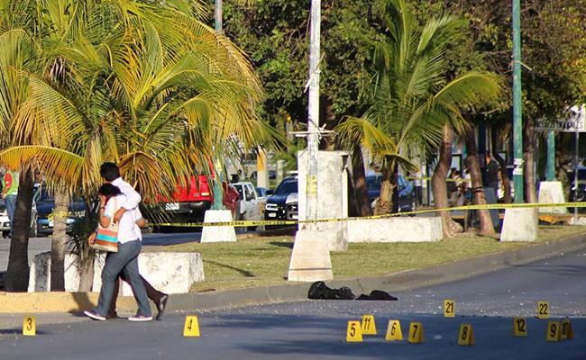 Dejan maleta con restos humanos frente al Tribunal Superior de Justicia