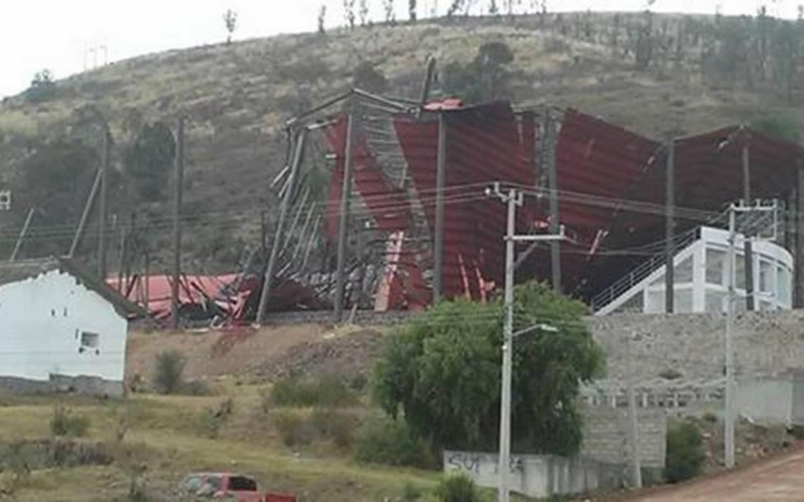 Colapsa techo de lienzo charro de Atlacomulco a un día de su inauguración