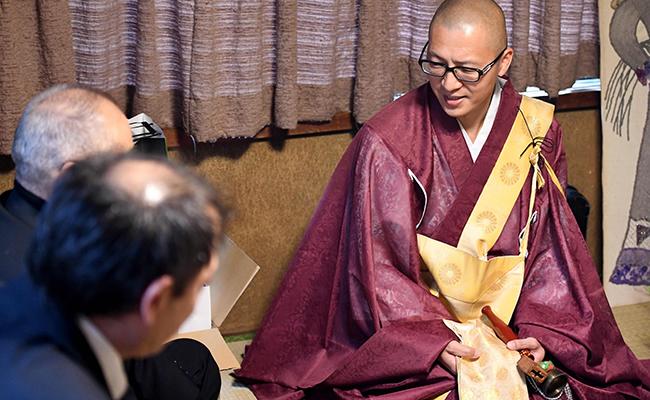 Monjes budistas se anuncian en la web