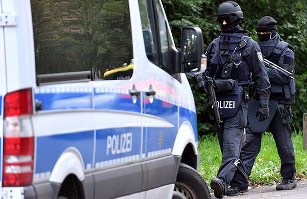 Hombre quema a su esposa en plena calle de Alemania