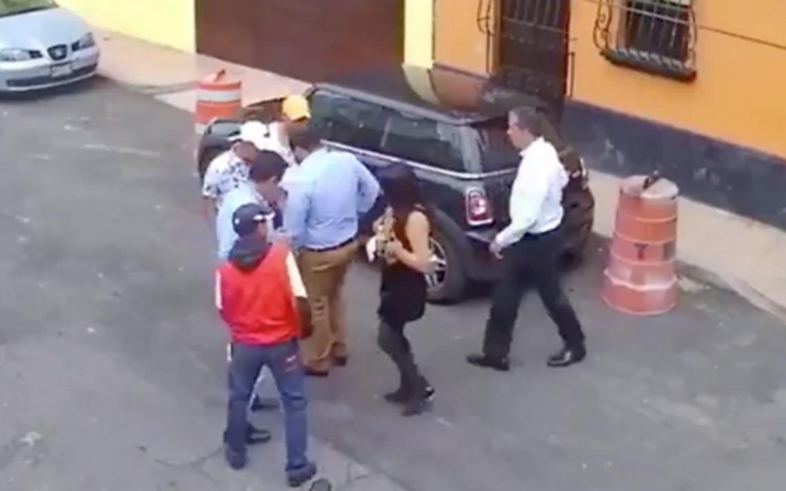 """[Video] Sorprende asalto """"organizado"""" en calles de Tacuba"""