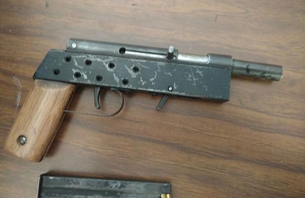 Descubren a menor con arma de fuego en escuela de Celaya