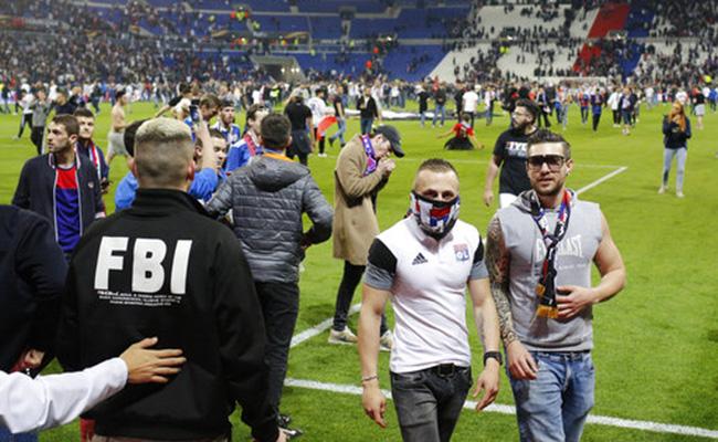 Aficionados del Lyon y Besiktas invaden campo del Olympique