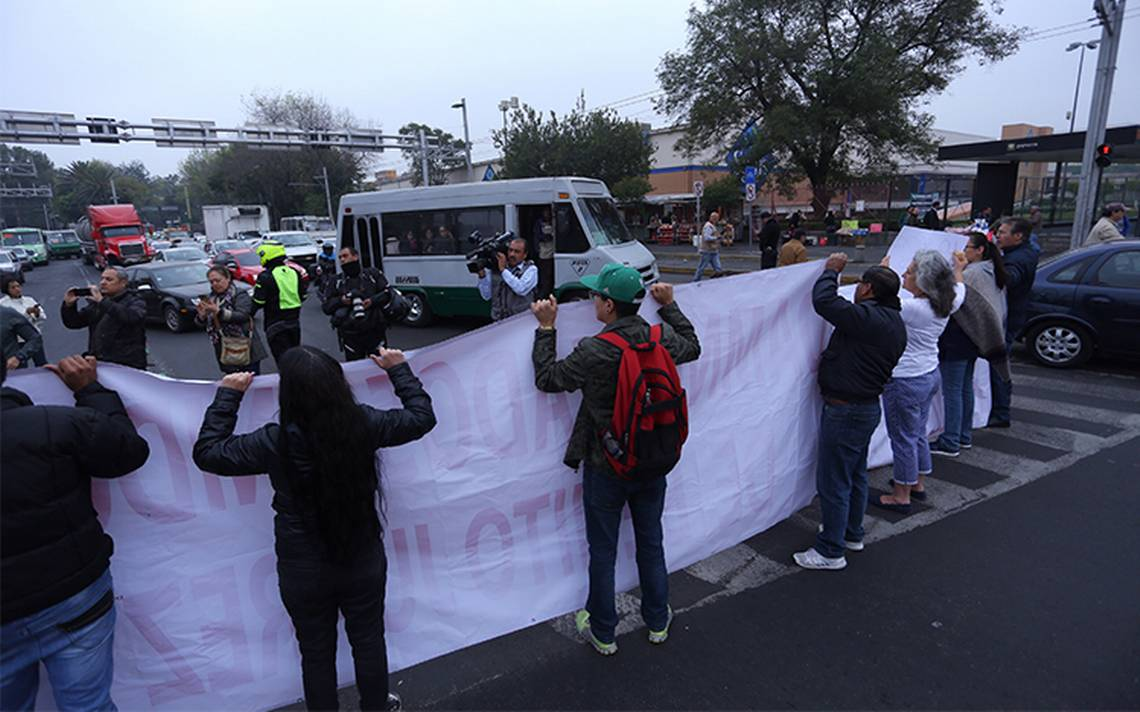Manifestantes bloquean Municipio Libre y lateral de Reforma