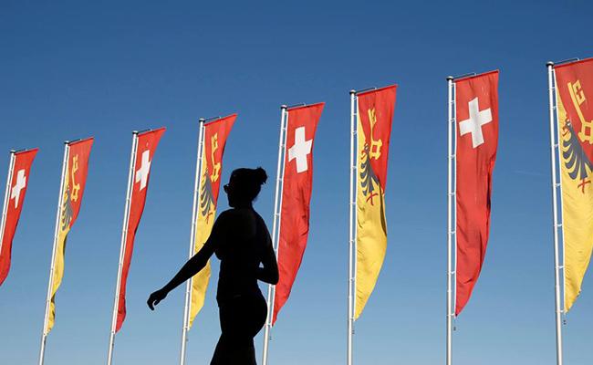 Mujeres podrán nadar sin sostén en Ginebra, Suiza