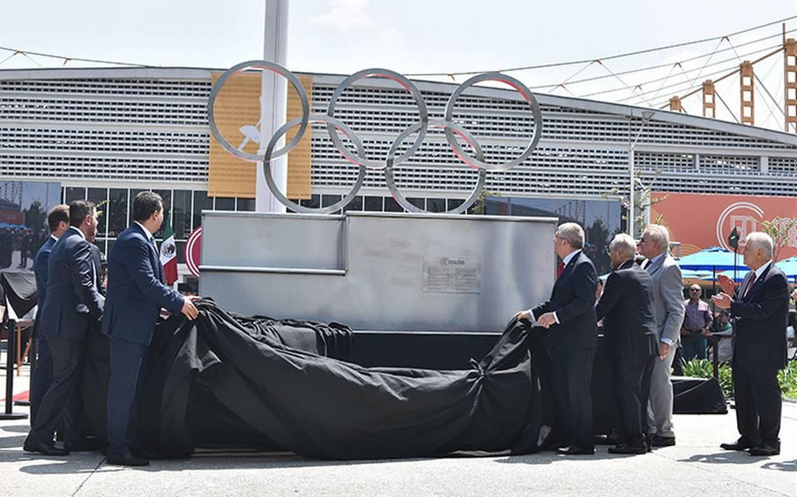 Thomas Bach devela los Aros Olímpicos para conmemorar México 68