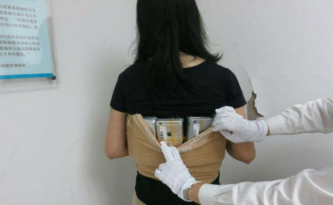 Mujer intenta cruzar aduana con 102 iPhones pegados al cuerpo