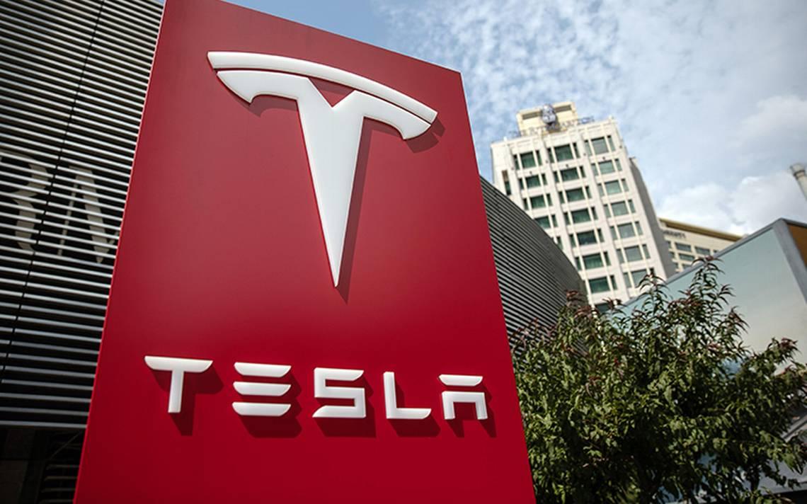"""Acciones de Tesla caen tras """"show"""" de Elon Musk fumando marihuana y renuncia de directivo"""