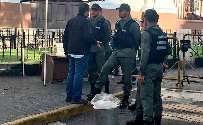 Diputados se quedan afuera: militares niegan ingreso a sede legislativa en Venezuela