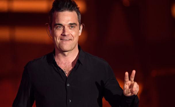 Robbie Williams responde a las críticas por asquearse al tocar a fanáticos