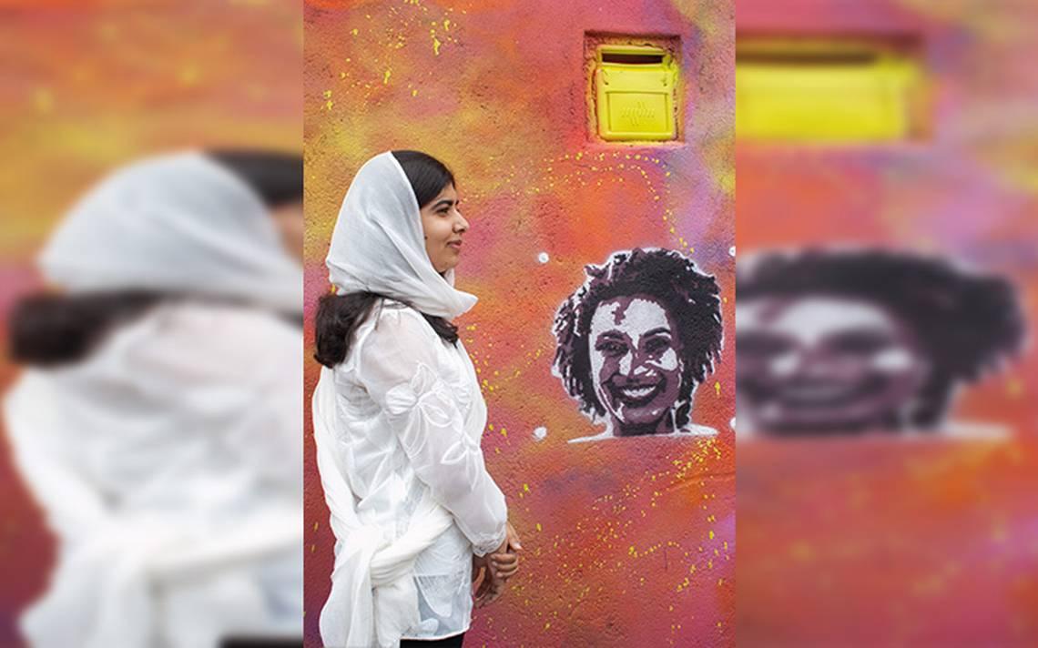 Malala plasma rostro de Marielle Franco en una favela de Río de Janeiro