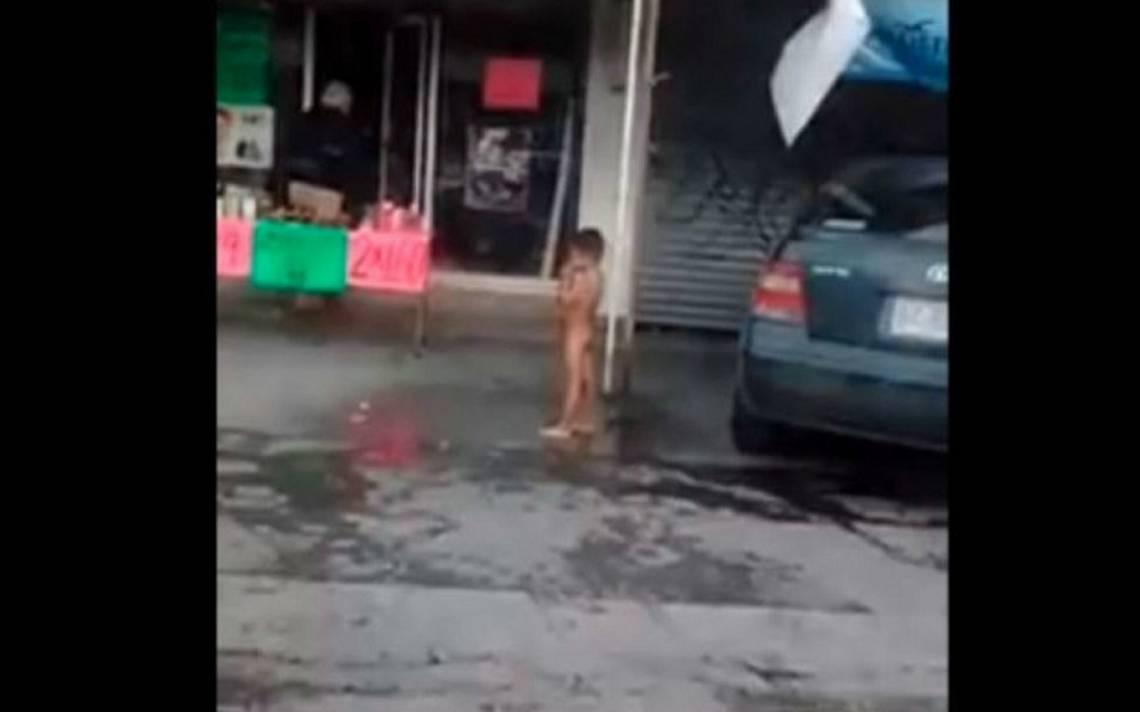 Brutal castigo: niño aparece desnudo y mojado en la calle con frío intenso