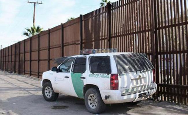 Traficantes abandonan a niña de 4 años en la frontera