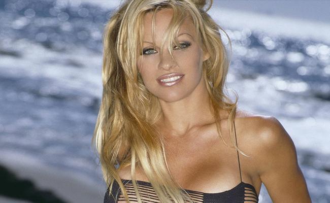 Pamela Anderson reaparece y está irreconocible