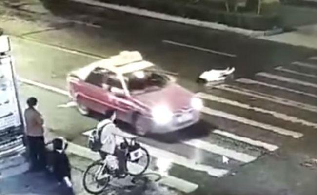 [Video] Atropellan dos veces a una mujer y nadie la ayuda