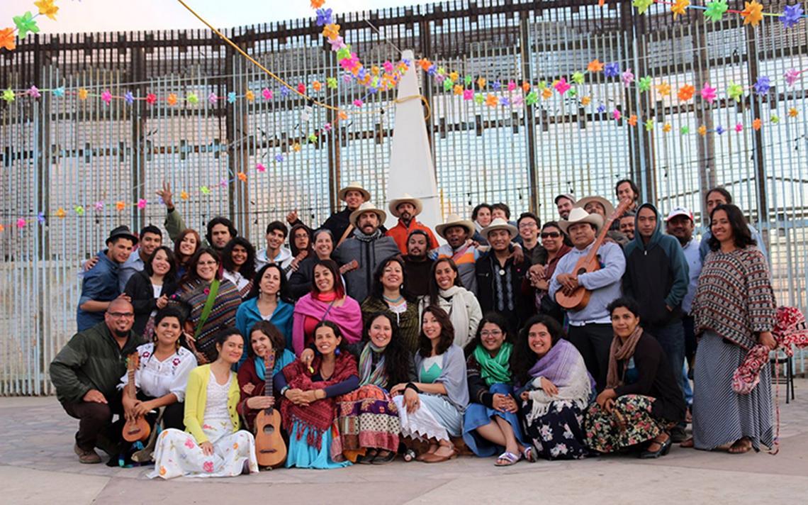 Músicos de México y EU cantan en la frontera para eliminar los muros