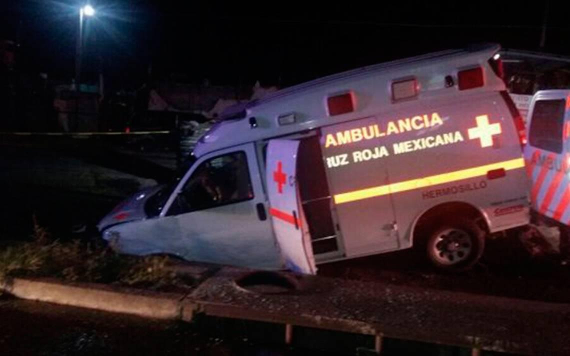 Con mujer embarazada, cae ambulancia a socavón