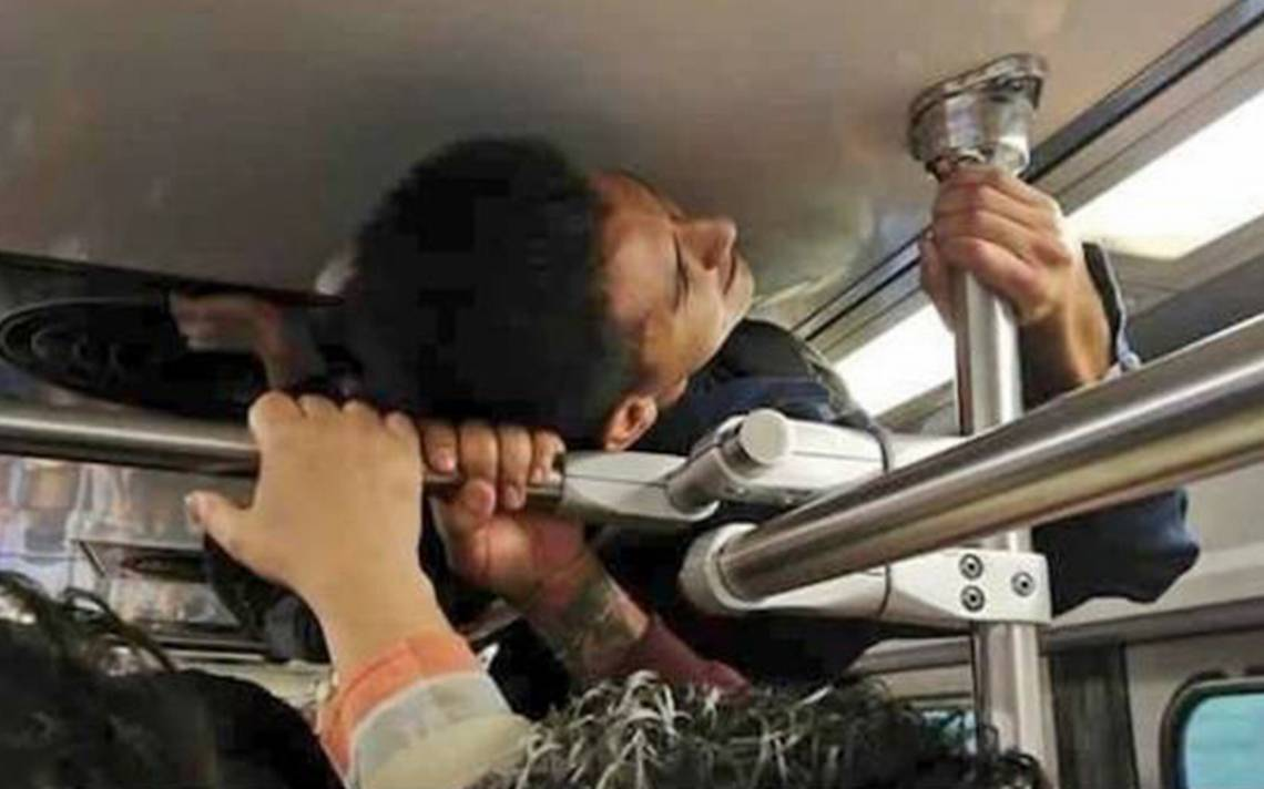 ¡Insólito! Viaja trepado en los tubos del tren ligero para no llegar tarde a la chamba