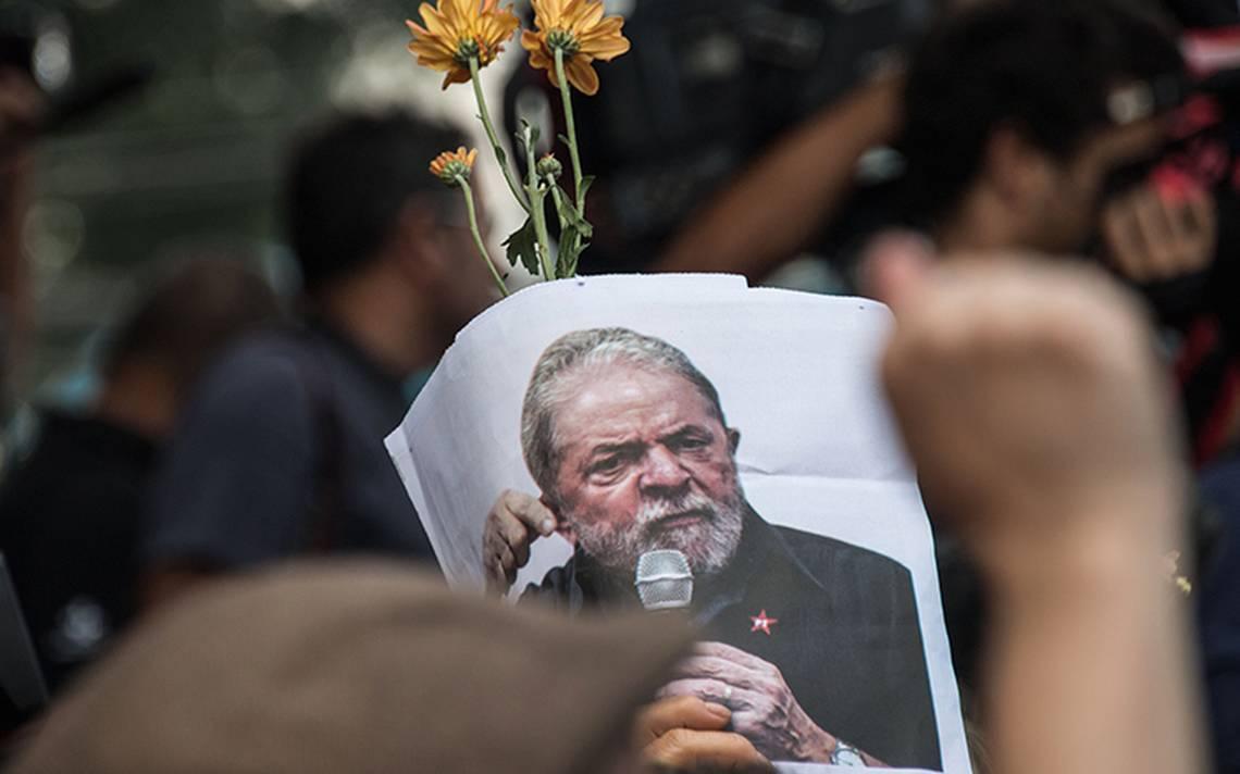 Junto a su abogado, Lula pasa primer noche en la cárcel: militantes crean campamento a pocos metros de su celda