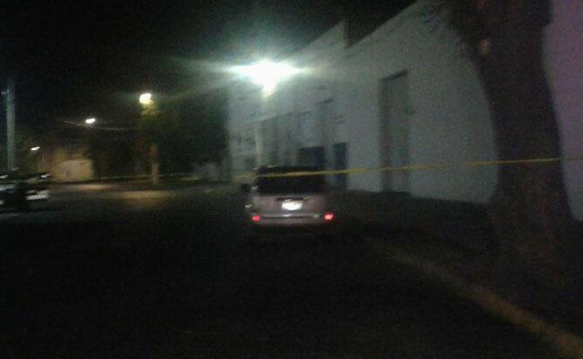 Hallan tres cadáveres dentro de camioneta en Guadalajara