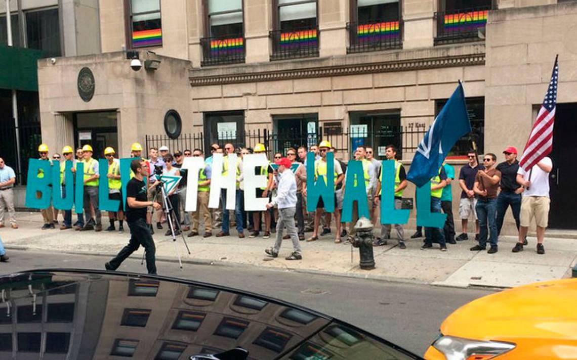 México condena protesta racista contra migrantes en consulado de NY