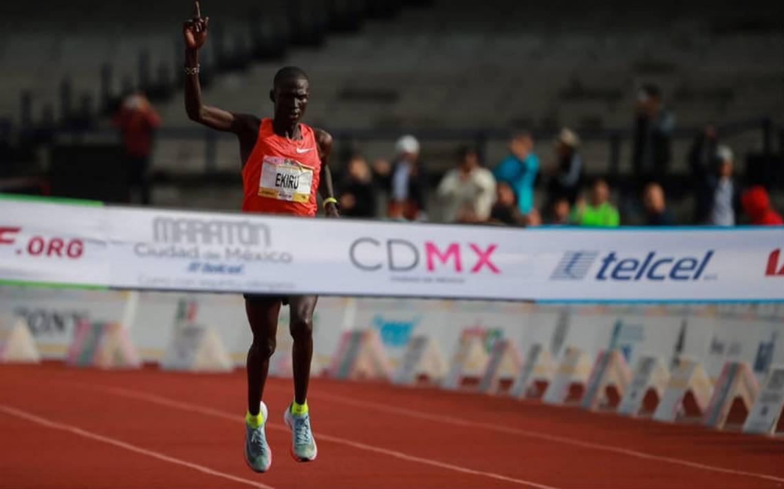 Keniano Titus Ekiru rompe récord y gana el Maratón CDMX