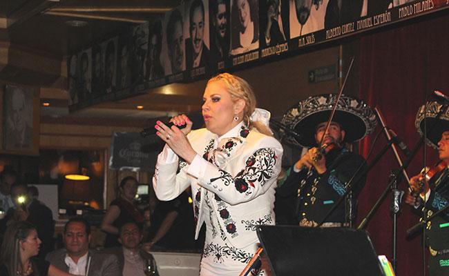 María Antonieta le canta  a nuestro México con una gran producción