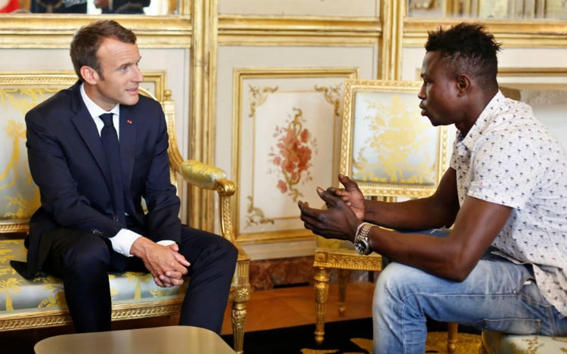 De migrante a héroe… joven malí recibe nacionalidad francesa por salvar a niño