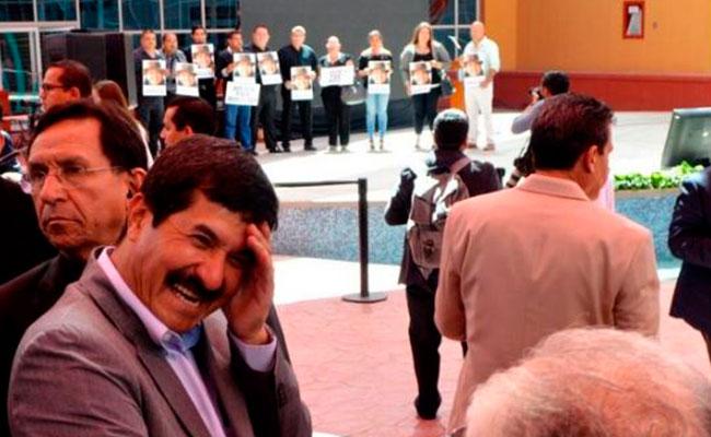Polémica por foto de Corral en protesta de periodistas