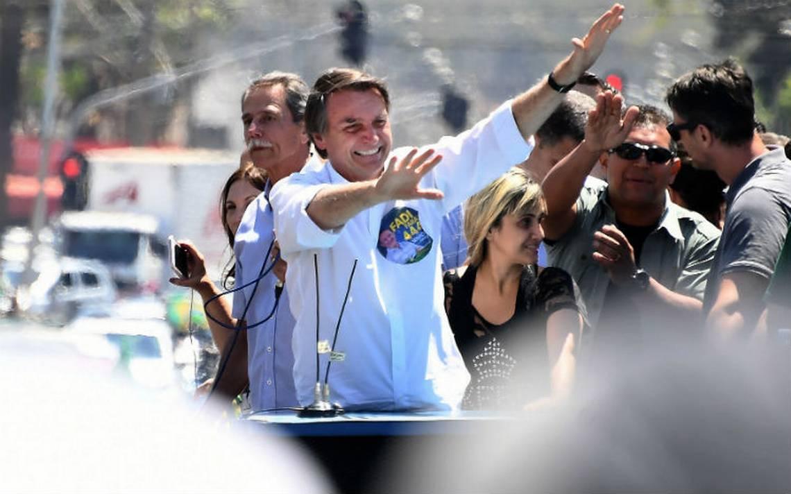 Atacan con cuchillo a candidato brasileño a la presidencia Jair Bolsonaro