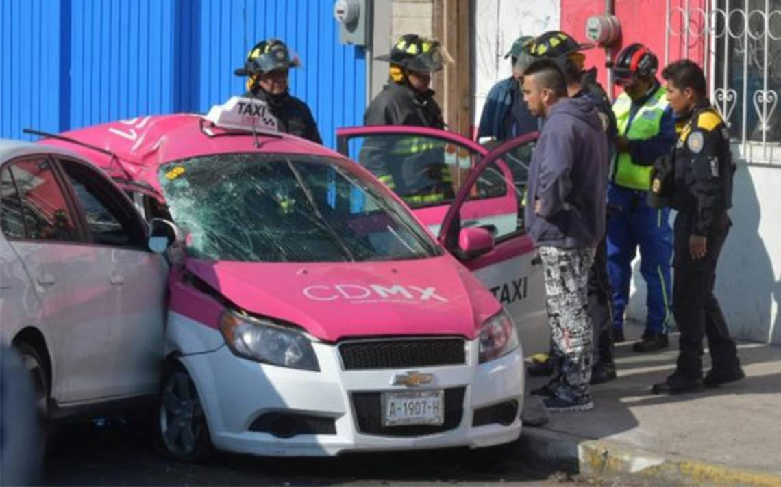 Accidente entre auto particular y taxi deja tres muertos en Iztapalapa