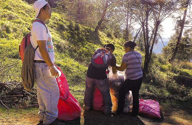 Guías comunitarios limpian senderos del volcán Tacaná
