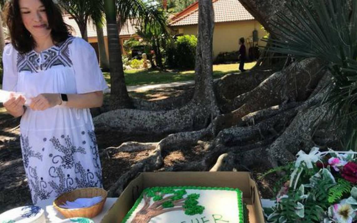 "Mujer se ""casa"" con árbol centenario de Florida para evitar que lo talen"