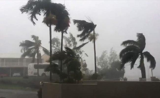 [Video] Ciclón Debbie toca tierra en Australia; causa daños y deja a miles sin luz