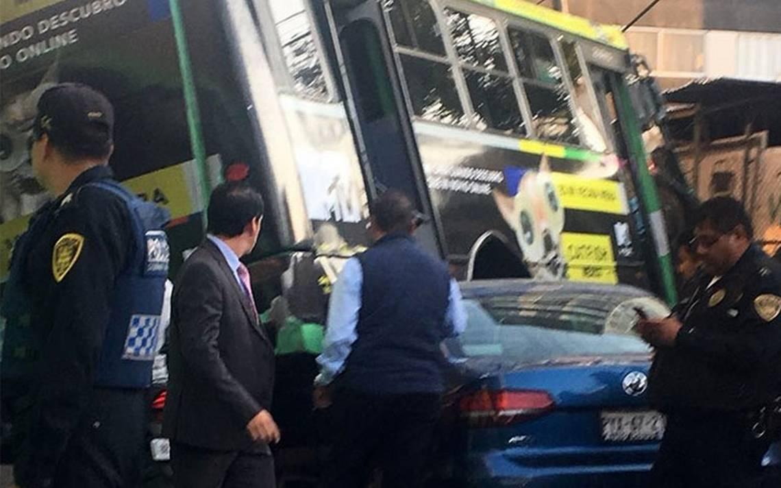 Microbús se queda sin frenos y choca contra un auto en Periférico
