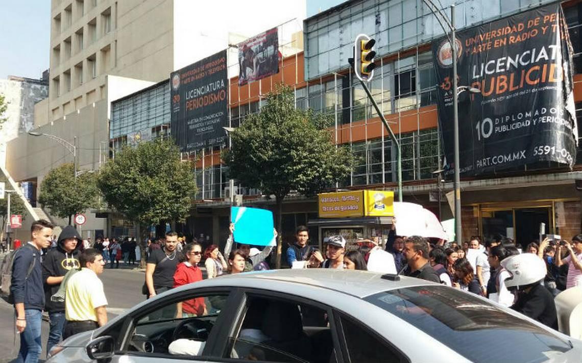 Estudiantes de Universidad Part cierran Insurgentes en protesta