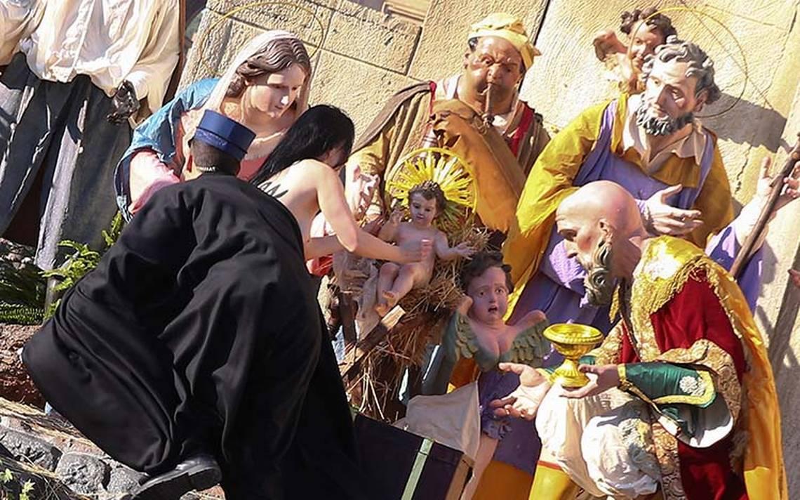 Mujer en topless intenta robar al niño Jesús del nacimiento del Vaticano