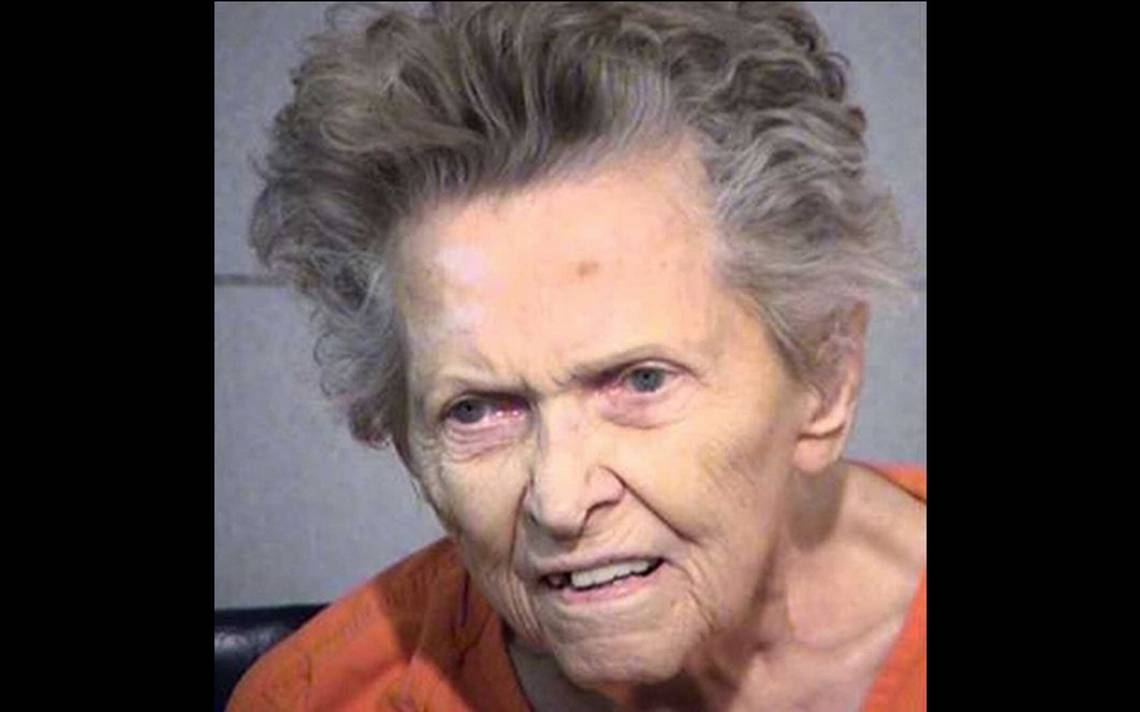 Para evitar el asilo mujer de 92 años, asesina de tres balazos a su hijo en EU
