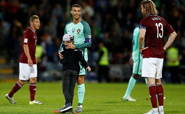 Niño interrumpe partido para abrazar a Cristiano Ronaldo